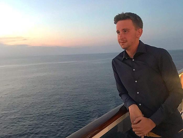 Thomas che guarda il mare