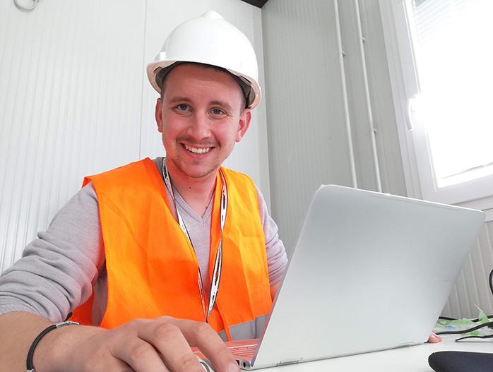 Thomas vestito da lavoro con casco e gilet di sicurezza